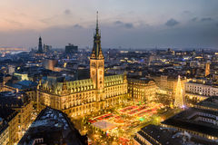 Mercado ayuntamiento y de la Navidad en Hamburgo, Alemania fotos de archivo