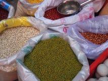 Mercado, bolsos de habas y granos Fotografía de archivo