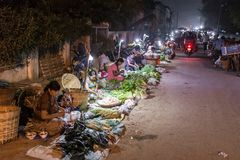 Mercado callejero burmese tradicional en Hsipaw, Birmania foto de archivo