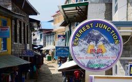 Mercado callejero, café y restaurantes de Lukla, Nepal, Himalaya Fotografía de archivo