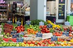 Mercado callejero con las verduras - París Fotos de archivo