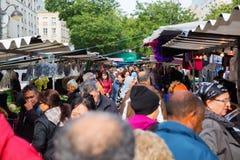 Mercado callejero en Belleville, París, Francia Foto de archivo libre de regalías