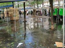 Mercado callejero en el bulevar Clichy en París fotos de archivo libres de regalías