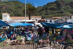 Mercado callejero en la ciudad de Pisac, en el valle sagrado foto de archivo