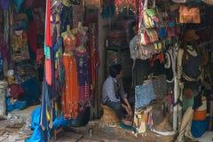 Mercado callejero en la India con el vestido y los bolsos coloridos Hung On The Stand Imágenes de archivo libres de regalías