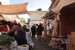 Mercado callejero en Osh Foto de archivo