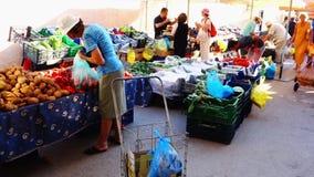 Mercado callejero griego semanal, Galaxidi, Grecia metrajes