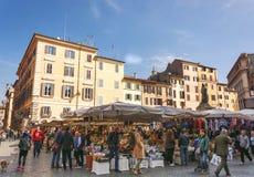 Mercado callejero histórico de Campo de Fiori del frome de la escena en Roma Foto de archivo libre de regalías