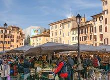 Mercado callejero histórico de Campo de Fiori del frome de la escena en Roma Fotos de archivo