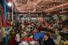 Mercado camboyano muy ocupado fotografía de archivo libre de regalías