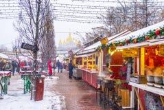 Mercado central de la Navidad en Kiev Imagenes de archivo