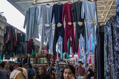 Mercado central de la ropa de Antalya Foto de archivo libre de regalías