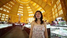 Mercado central de Phnom Penh de la muchacha que hace compras asiática joven metrajes