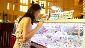 Mercado central de Phnom Penh de la muchacha que hace compras asiática joven almacen de video