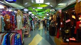 Mercado central en aria de las compras de Ameyoko, Tokio Japón de la plaza de Ueno metrajes