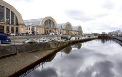 Mercado central Riga e canal Fotos de Stock Royalty Free