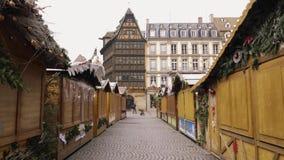 Mercado cerrado Estrasburgo Francia de la Navidad después de attentados terroristas en el mercado de la Navidad almacen de metraje de vídeo