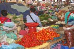 Mercado colorido de la mañana con las frutas y verduras en Vientián en Laos Imagen de archivo libre de regalías