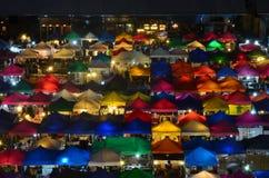 Mercado colorido Ratchada de la noche del tren, también conocido como Talad Nud Rod Fai, situado a la derecha detrás de la explan imágenes de archivo libres de regalías