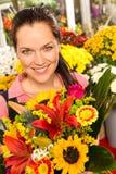 Mercado colorido sonriente de la flor del ramo de la mujer del florista foto de archivo libre de regalías