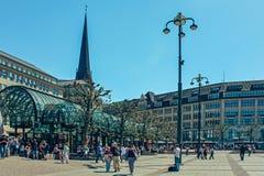 Mercado com câmara municipal Rathaus de Hamburgo e céu azul perto do lago Alster Binnenalster no quarto de Altstadt, Hamburgo fotografia de stock