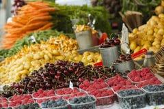 Mercado com caminhão de jardim, vegetais, frutos, bagas etc. Foto de Stock Royalty Free