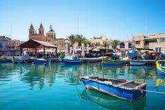 Mercado com os barcos de pesca coloridos tradicionais, Malta de Marsaxlokk fotos de stock royalty free