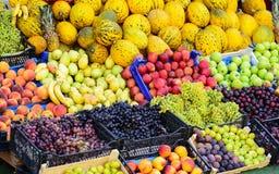Mercado com v?rias frutas e legumes frescas coloridas imagem de stock