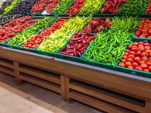 Mercado com v?rias frutas e legumes frescas coloridas fotografia de stock royalty free