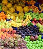 Mercado com v?rias frutas e legumes frescas coloridas foto de stock