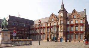Mercado con la estatua del equestrian de Jan Wellem Imagenes de archivo