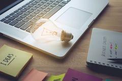 Mercado, conceitos das ideias do planeamento com ampola, portátil e bloco de notas imagem de stock