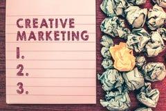 Mercado criativo do texto da escrita da palavra Conceito do negócio para que fazer campanha cumpra as exigências da propaganda imagem de stock royalty free