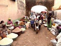 Mercado da cidade pequena em Gana, África ocidental imagens de stock