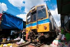 Mercado da estrada de ferro de Meaklong Fotografia de Stock Royalty Free