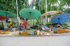 Mercado da flor do prabang de Luang fotografia de stock