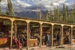Mercado da lembrança do turista no fundo de montanhas nevados foto de stock royalty free