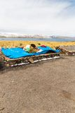 Mercado da lembrança na rua de Ollantaytambo, Peru, Ámérica do Sul Cobertura colorida, tampão, lenço, pano, ponchos Fotografia de Stock
