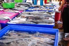 Mercado da manhã que vende peixes frescos Fotografia de Stock