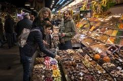 Mercado da noite, Barcelona, Espanha Fotografia de Stock Royalty Free