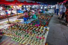 Mercado da noite de Luang Prabang com tendas da lembran?a imagens de stock royalty free