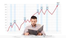 Mercado de acción calculador del hombre de negocios con el gráfico de levantamiento Fotografía de archivo libre de regalías