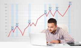 Mercado de acción calculador del hombre de negocios con el gráfico de levantamiento en los vagos Imagen de archivo