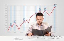 Mercado de acción calculador del hombre de negocios con el gráfico de levantamiento en los vagos Imagen de archivo libre de regalías