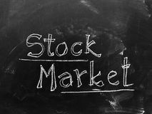 Mercado de acción manuscrito en la pizarra como imagen común Foto de archivo