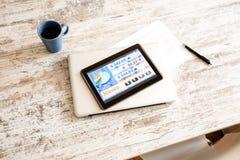 Mercado de acción que negocia el app en un Tablet PC Imagen de archivo