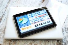 Mercado de acción que negocia el app en un Tablet PC Imagenes de archivo