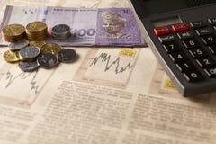 Mercado de acción del periódico con la calculadora y el dinero Imágenes de archivo libres de regalías