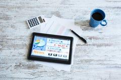 Mercado de acción que negocia el app en un Tablet PC Imágenes de archivo libres de regalías