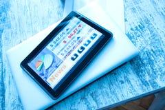 Mercado de acción que negocia el app en un Tablet PC Foto de archivo